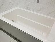 グッドデザイン賞を受賞したストレート浴槽を採用。浴槽を断熱材で包み込み、快適温度を長時間キープします。