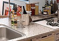 キッチンカウンタートップに採用した「フィオレストーン」は、93%もの天然水晶からなる高級人造石です。汚れが染み込みにくくお手入れが簡単です。