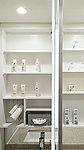 鏡の裏側に、デンタルケア用品などを整理できる収納棚を設けています。洗面廻りがすっきり片付き、美しい空間を叶えます。