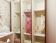 家族の服や小物なども整理整頓しやすく、スペースを有効に使えるシステム収納を採用しました。