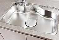 シンク裏面に制振材を施工し、シンクに水が当たる音や落下音を低減します。