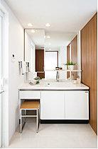 慌ただしい朝も、リラックスしたお風呂の後も気持ちよく一日の節目を演出する洗面室。