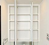 使いやすい三面鏡扉の裏側には、容量豊富な収納スペースを確保。化粧品などの小物の収納に便利です。