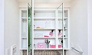 三面鏡裏には、小物や洗面用具などを整理して収納できる、棚付きの収納をご用意。朝の身支度もスムーズに行えます。