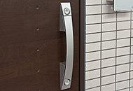 各住戸の玄関ドアは、ピッキングなどによる住居への侵入防止に効果を発揮するダブルロック仕様。プライベート空間をしっかりと守ります。