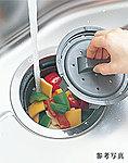 生ゴミをシンクの排水口内で細かく粉砕処理。ゴミを粉砕する部分を囲むバスケットは、取り外して丸洗いが可能。※粉砕できない生ゴミもあります。