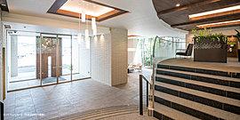 エントランスの重厚なドアを開くと、そこには暮らす方をもてなすように現れる大階段。 その大階段の上がった先には、思い思いの時を過ごすためのサードプレイス「パーソナルラウンジ」を。
