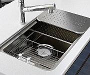 シンクを3層で使用でき、料理プレートや水切りプレートを使うことにより、スペースをより立体的に使えます。 ※掲載写真は一部オプション仕様含みます