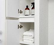 タオル類などの収納に便利なスペースを設置。使う場所にしまっておくという合理的な収納です。