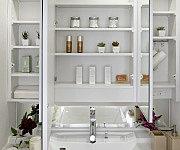 裏側の収納スペースには、化粧品や洗面用具などの小物を整頓して片付けられ、さらにティッシュボックススペースもあります。