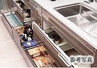 収納力を高めたフロアキャビネット。大きな調理器具も楽に出し入れできるスライド式を採用しました。