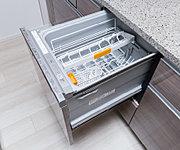 後片付けをサポートする食器洗い乾燥機を採用。手洗いに比べて節水効果も期待できます。