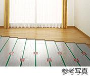 リビング・ダイニングには足元から体を暖めるガス温水床暖房を設置。お肌の乾燥やホコリの舞い上がりが気になる方にも優しい暖房設備です。