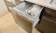 片付けの手間を軽減する食器洗い乾燥機を標準装備。食器を上から出し入れできるスライド式です。