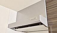 シャープなデザインのレンジフード。整流板付きで、調理後の煙や匂いをしっかり捉え、居室に流れ込まないように効率よく排気します。
