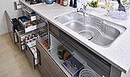 キッチンの鍋や食器、ビン類などを効率的に整理できるスライド式の収納。プルモーションを採用し、静かでスムーズな開閉が可能です。(一部未採用)