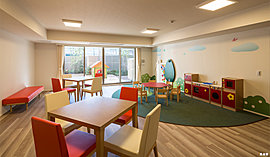 家族ぐるみの交流を育む、キッチン付の「集会室」一角に、おもちゃを置いた「キッズコーナー」も設けています。