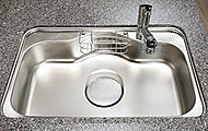 奥行きに余裕のあるシンクは、水ハネ音を抑制する静音仕様。また、スプーンなどの落下音も低減します。