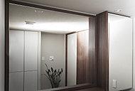 高級感を演出する木製の四方框付き鏡を採用。鏡の裏側には、便利な化粧品・洗面用品などの収納スペースを設けています。