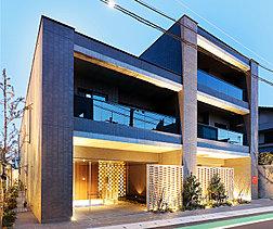 エントランスアプローチの塀には、質感のある透かし積みレンガを採用。隙間からエントランスの先を少し見せることで、奥行きのある空間美を生み出しています。建物の印象を左右する外壁タイルには、独特の風合いをもつ、45三丁のせっ器質タイルを使用。