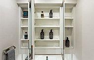 洗面化粧台の三面鏡裏に収納スペースを確保。ドライヤーフックとティッシュBOXスペースも設けています。