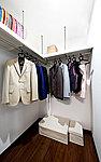 ひと目で収納物を確認できる、ゆとりある広さを備えた大型収納を設置。たくさんの衣類や衣装ケースをすっきりと収納することができます。