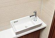 トイレをゆったり使いたいという発想から生まれた新しい手洗いカウンター。スマートで直線的なフォルムが魅力です。※一部タイプのみ