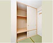 枕棚付の押入には、下部に地袋も確保。独立した引違い襖によって、小物などの収納に便利です。
