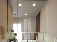 三面鏡の中央鏡にはスイッチひとつでくもりを取り除く、くもり止めヒーターを内蔵しています。
