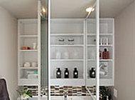 鏡の裏側に収納棚を設けた洗面化粧台の三面鏡。かさばりやすい化粧品類や洗面用具をスッキリと収納できます。