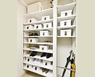 玄関に収納力のあるシューズクロークを採用したプランもご用意。靴だけではなくゴルフバッグなども置くことができ大変便利です。
