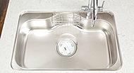 大きな調理用具も洗える大きめのシンクを採用。低騒音仕様なので、水の音や食器などを落とした音も軽減します。