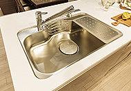 シンク裏面に貼られた制振材によって、水やお湯が当たる音、食器が当たる音を軽減。大きな鍋なども洗いやすい形状のシンクです。