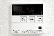 湯温・量設定、お湯張りや追い焚きなどがスイッチを押すだけで可能。キッチンのリモコンでも操作できます。