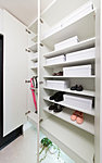ブーツなども機能的に整理できる可動棚式で、天井高いっぱいの収納力を確保。傘立てスペースも設けました。