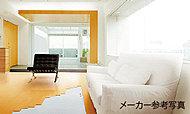 リビング・ダイニングには、足元から部屋全体を心地よく暖める床暖房を標準装備しています。