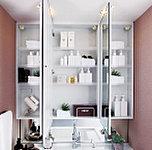 お子様の目線に合わせた三面鏡下鏡を備えた三面鏡付洗面化粧台を採用。三面鏡の裏側には収納棚を確保。スキンケア用品などをすっきり整理できます。