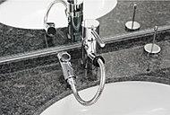 洗面化粧台にはヘッドが引き出せ洗面ボウルを洗う時などに便利なシングルレバー水栓を採用しました。