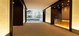 重厚感あるマテリアルと光壁を採用した気品あふれるエントランスホール。※平成27年3月撮影