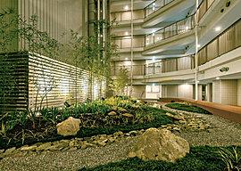 4階に広がる「スカイガーデン」は、そんな調布の自然を凝縮した庭園です。そよ風に揺らぐ枝葉。せせらぎのような小道。日常生活の中で、潤いのひとときを過ごせる空間です。※平成27年3月撮影