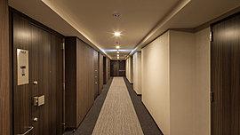 上質感のあるタイルカーペットを敷き詰めた内廊下は、邸宅としての落ち着きと安らぎを演出します。また、プライバシー性が高く、天候の影響も受けにくいため、快適でホテルライクな空間です。※平成27年3月撮影