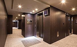 各階では雨に濡れることのない2つの内廊下を配置。床のカーペットとダウンライトの組み合わせによって、ホテルライクな雰囲気に仕立てています。※平成27年3月撮影。