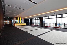 地上2階にゆとりと賑わいを演出上質な私邸領域へと導くデッキプラザ