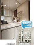 三面鏡の裏側には収納棚を確保。スキンケア用品やヘアケア用品などをすっきり整理できます。