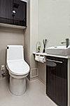 トイレには、コンパクトな手洗いカウンターを設けています。すっきりとしたデザインで見た目にも広さとゆとりを感じることができます。