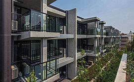 緑あふれる層住環境を庭とするかのような毎日を送るために工夫したデザイン・構造が評価され2015年度のグッドデザイン賞を受賞しました。