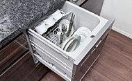 手間をかけず、効率よく食器類が洗浄でき、節水効果にも優れた食器洗い乾燥機をご用意。スライド式なので、楽な姿勢で食器の出し入れができます。