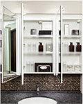 三面鏡の裏側には収納棚を確保。スキンケア用品やヘアケア用品などをすっきり整理できます。また収納棚は取り外して掃除ができるので清潔に保てます。