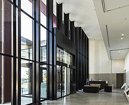 二層吹抜けのエントランスホールは、アイパークとの一体感を高めることで、開放感で満たされたスペースとしてデザインしています。