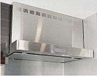 キッチン空間のインテリアを美しく演出する、シャープなスクエアデザインのステンレス製レンジフードを採用しました。